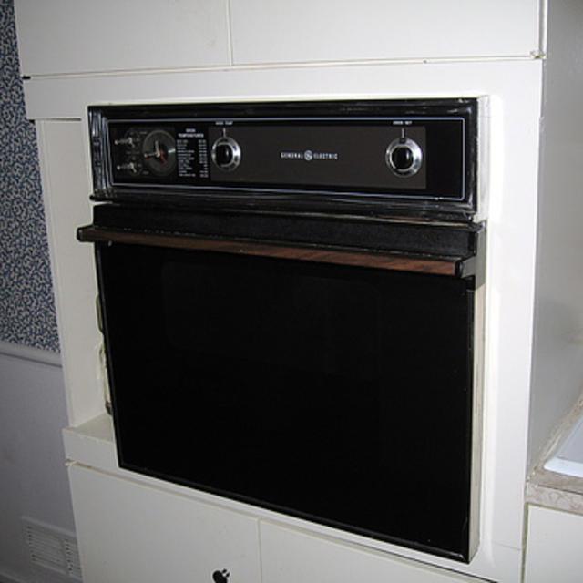 geur uit oven verwijderen
